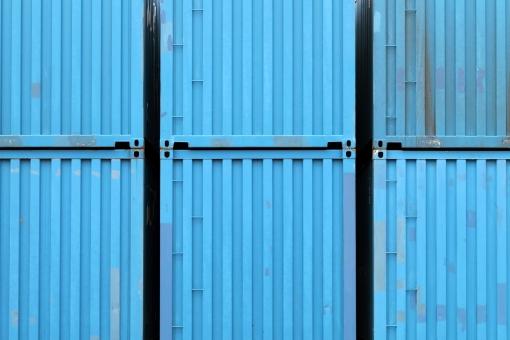 コンテナ コンテナターミナル コンテナヤード ビジネス 輸出 輸入 荷物 貨物 輸送 運輸 物流 流通 運搬 産業 貿易 港 埠頭 船荷 積荷 鉄 スチール 積む 運ぶ 金属 アップ イメージ 背景 バックグラウンド 質感 テクスチャ テクスチャー 素材 一面 全面 古い 錆び 錆 サビ 塗料 塗装 汚れ 汚れた 汚い ダメージ 老朽 老朽化 青 青色