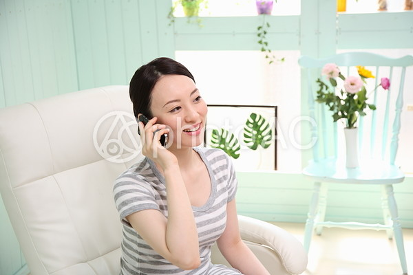 電話をする女性6の写真
