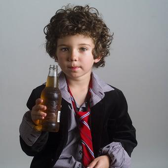 外国人 外人 白人 男性 男 男の子 子供 子ども 幼児 パーマ 天然 幼稚園 小学生 Yシャツ ワイシャツ 青 白 柄 ネクタイ 赤 ファッション お洒落 飲み物 飲料 ジュース お酒 持つ 瓶 ビン ドリンク mdmk011