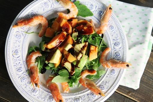海老 アボカド ベビーリーフ サラダ 料理 レストラン 皿 ご馳走 食べ物 食事 おしゃれ
