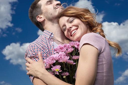 人物 外国人 外人 カップル 恋人  夫婦 男女 2人 大人 モデル  ポーズ 屋外 野外 空 青空  雲 自然 ファッション シャツ ラフ  カジュアル 田舎 カントリー ラブラブ ハッピー  幸せ 仲良し 上半身 楽しい 花 花束 抱く 抱きしめる mdfm060 mdff104