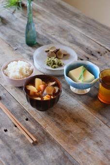 和食 日本食 お昼ごはん 豆腐 卵豆腐 漬物 ねぎ 白米 ごはん 味噌汁 赤味噌 お漬物 おみおつけ いぶりがっこ ふきのとう ランチ 食卓 ダイニングテーブル 日本のごはん japanesefood misosoup
