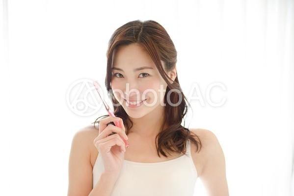 歯磨きをする女性1の写真