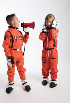 グレーバック 背景 グレー 子ども こども 子供 2人 ふたり 二人 男 男児 男の子 女 女児 女の子 児童 宇宙服 宇宙 服 スペース スペースシャトル 宇宙飛行士 飛行士 オレンジ 希望 夢 将来 未来 体験 職業体験 職業 小道具 小物 うるさい 煩い 五月蠅い 拡声器 マイク ハンドマイク 叫ぶ 大音量 ボリューム 全身 立つ 立 外国人  mdmk009 mdfk045