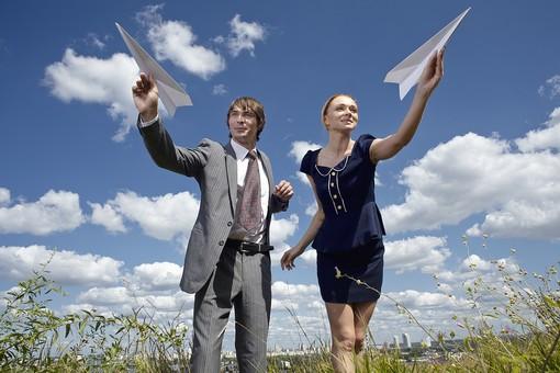 自然 青空 空 雲 青 グラデーション 晴天 天気 晴れ 紙 紙飛行機 飛行機 工作 作る 折る 作品 飛ぶ 飛ばす 投げる 白 人物 外国人 男性 女性 男の人 女の人 二人 成人 社会人 植物 葉 草 雑草 野草 緑 背景 室外 屋外 mdfm012 mdff036