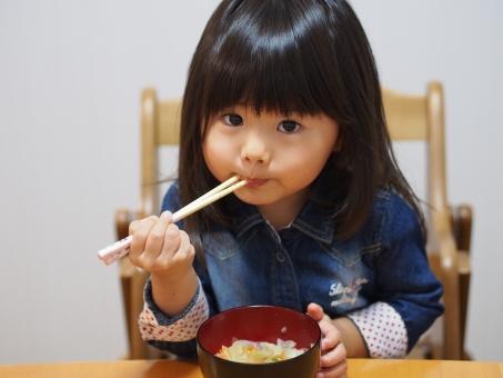 子ども 子供 食事 食卓 ご飯 お椀 お箸 スープ 日本人 girl child kids japanese miso soup 少女 園児 アレルギー お味噌汁 女の子