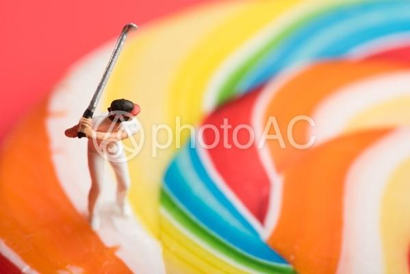 キャンディの上でバットを持つ人物のミニチュア2の写真