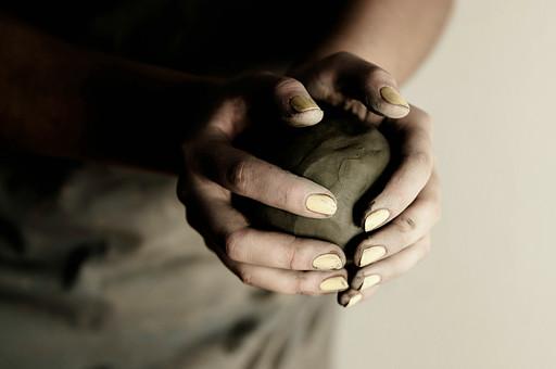 陶芸 工芸 伝統 手作り 職人 技 職人技 芸術 和風 アート 美術品 歴史 焼き物 陶器 彫刻 成形 こねる 包む 粘土 手 手元 爪 指 手のひら アップ 接写 工房 アトリエ
