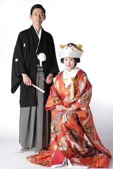 人物 生物 人間 日本人 若い 20代 和装 結婚 婚礼 和風 日本 伝統 歴史 文化 礼装 衣装 コスチューム 服装 由緒 結婚式 ウェディング 和装ウェディング ブライダル 着付け 着物 袴 紋付 新郎 男性 新婦 夫婦 女性 打掛 mdjm014 mdjf047