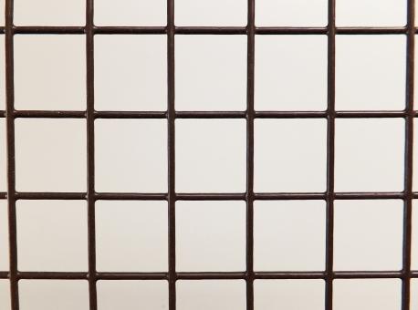 ワイヤー 格子柄 格子 針金 金属 ワイヤーカゴ ワイヤーバスケット 入れ物 かご ざる 四角 正方形 均等 均一 茶色 ブラウン マス バックグラウンド 背景 テクスチャ テクスチャー インテリア雑貨 日用品 頑丈 丈夫 強度 編み目模様 交差 交互