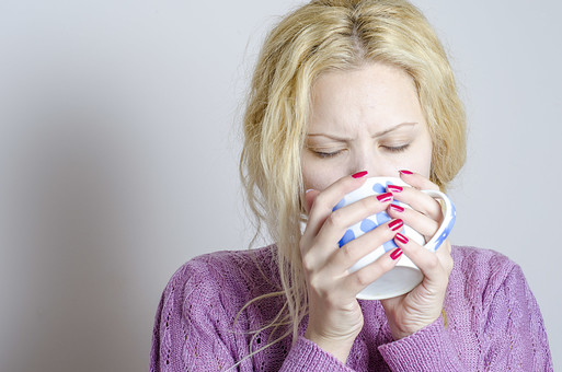 外国人 外人 女性 女 少女 美女 美人 金髪 三つ編み ロングヘア 病気 薬 体調不良 具合が悪い インフルエンザ 風邪 カゼ 疲れ 寝起き 眠い パジャマ 紫 ドリンク 飲み物 コーヒー 紅茶 白湯 水   mdff014