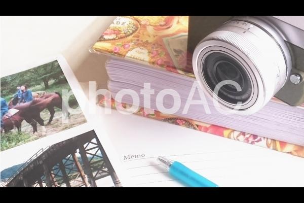 カメラと記念写真のアルバムの写真