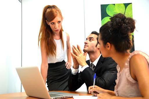 会社 オフィス ビジネス 仕事 職場 屋内 室内 働く スーツ 人物 男性 女性 ネクタイ 上司 部下 先輩 後輩 白人 インターナショナル 外国人 外人 外人男性 外人女性 白人女性 白人男性 グローバル パソコン IT デスク 同僚 mdff125 mdff126  mdfm072