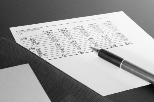 ビジネス資料 書類 売上高 営業利益 四半期 通期 決算報告 報告書 当期純利益 区分 部門別 部署別 組織 グループ 営業成績 実績 評価 データ分析 集計 数字 数値 比較 会議 打ち合わせ ミーティング 背景素材 営業会議 経営会議 経営状況 見通し