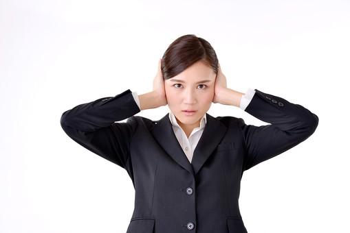 人物 日本人 女性 若い 若者  20代 スーツ 就職活動 就活 就活生  社会人 OL ビジネス 新社会人 新入社員  フレッシュマン 面接 真面目 清楚 屋内  白バック 白背景 上半身 耳を塞ぐ うるさい 雑音 騒音 シャットアウト ビジネスマン mdjf007