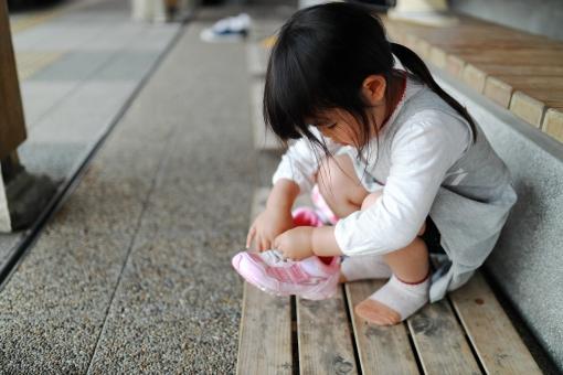 靴ひもを結ぶ女の子1の写真