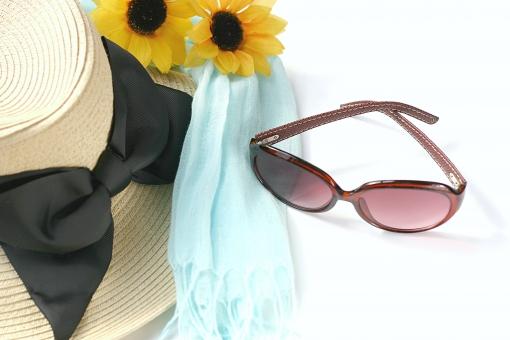 UVケア UV 紫外線 紫外線対策 日焼け 日焼け対策 夏 夏休み 帽子 サングラス スカーフ 猛暑 健康 美容 美白 コピースペース テキストスペース 日差し 日光 白バック