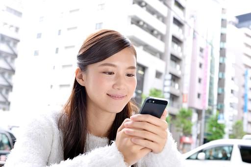 日本人 女性 女 女子 10代 20代 大学生 学生 清楚 上品 美少女 キレイ 綺麗 可愛い Cute ロングヘア カフェ 喫茶店 屋外 テラス 電話 メール スマホ ケータイ スマートフォン 笑顔 スマイ 日本人女性 屋外 おすすめ 携帯 mdjf007
