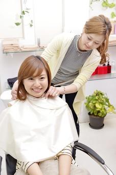 人物 女性 日本人 若い 若者  20代 お客 モデル カットモデル 美容室  美容院 ヘアーサロン  仕事 職業 美容師  屋内 お店 店内 ヘアカット ヘアセット セミロング  美容 ビューティー おしゃれ オシャレ ケープ  シャンプー台 洗髪 洗う 髪の毛 準備 シャンプー mdjf003 mdjf025