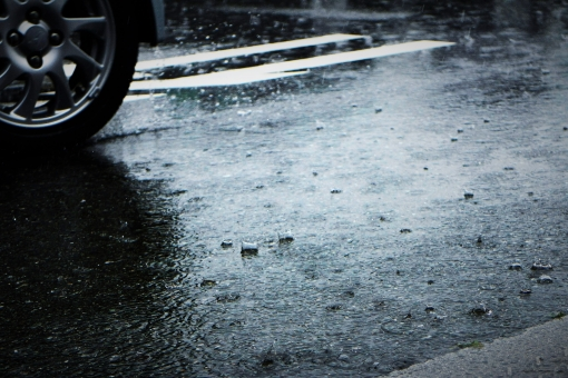 雨 雨の日 雨の休日 旅行 予定変更 レジャー 憂鬱 残念 天気予報 梅雨 大荒れ 降水確率 低気圧 雨足 連休 中止 影響 雨の季節 天気 天候 アスファルト はね返り 水はね タイヤ パターン 排水 ハイドロプレーニング ブレーキ 運転注意 傘 かさ かっぱ ワイパー カッパ 頭痛 体が重い ネガティブ 気が乗らない