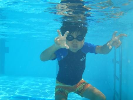 水中 プール 子ども 子供 水泳 小学生 やんちゃ ラッシュガード ゴーグル 夏 夏休み ピース 泳ぐ ここあ 男の子 男子 水泳教室 スイミングスクール