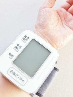 血圧計 電子血圧計 健康 ヘルスケア 健康管理 予防 高血圧 低血圧 習慣 生活習慣病 病院 病気 治療 医療器具 計測 測る 計る デジタル 手首 手首血圧計 妊娠中毒症 脳梗塞 心筋梗塞 疾病 規則正しい ヘルス 脈拍 最高血圧 最低血圧 注意