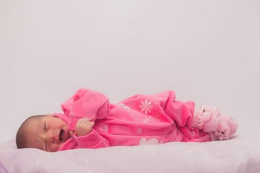 人物 外国人 赤ちゃん 赤ん坊 ベビー ベイビー 新生児 乳児 表情 しぐさ 手 ベビー服 ベビーウェア ピンク クマ 靴下 小さい かわいい 毛布 シーツ 出産 誕生 命 生命 愛情 幸せ 幸福 成長 発育 発達 子育て 育児 ポートレート 白背景 余白 スペース mdmk013