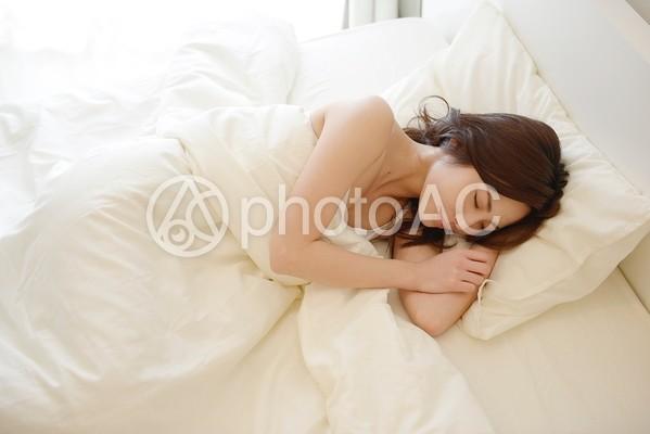 ベッドで眠る女性10の写真