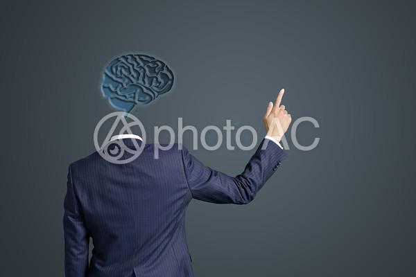 指をさす顔なしの男性の写真