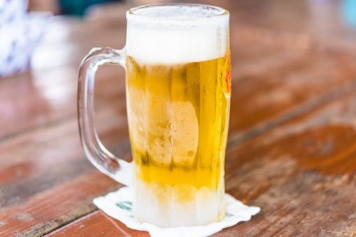 ビール アルコール 麦 飲み会 コースター 屋外 居酒屋 ビーチ ビアガーデン アルコール 霜 ジョッキ 女子会 飲み物 酒 酔う 二日酔い のどごし 木目 金色
