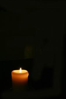 ろうそく ロウソク 灯 暗闇 火 炎 暗黒 蝋燭 蠟燭 ともしび ともし火 祈り キャンドル キャンドルライト 願い 寂しさ 希望 希望の灯