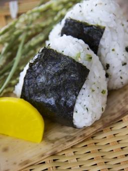 おむすび おにぎり ごはん お米 稲穂 稲 米 のり 混ぜご飯 たくあん 沢庵 つけもの 漬け物 ざる ザル 笹 熊笹 食事 食べ物 秋