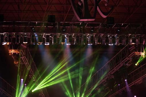 クラブ ライブ LIVE コンサート DJ 演奏会 音楽会 リサイタル ナイトクラブ キャバレー フロアショー ギャラリー 会場 バンド 音楽 楽曲 ミュージック 歌 曲 唄 歌唱 ステージ 音響 スクリーン サウンド 公演 ライト 照明 赤 白 ライトアップ 野外 外 機器 機材 照明器具 照明効果