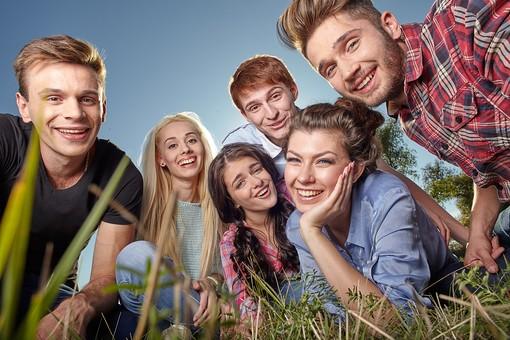 人物 外国人 モデル 男性 女性  男女 複数 グループ 仲間 友達  20代 若者たち 大学生 屋外 野外  草原 青空 ファッション カジュアル 集まる 座る 語らい 和やか 和気あいあい 楽しい おしゃべり 笑顔 仲良し 青春  mdff025 mdff026 mdff027 mdfm007 mdfm008 mdfm009