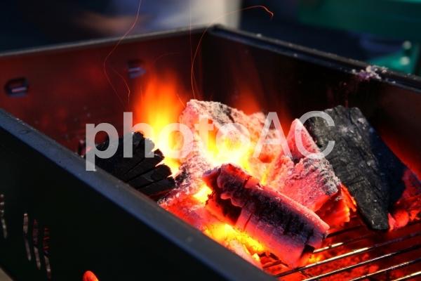 バーベキューコンロの炭火の写真