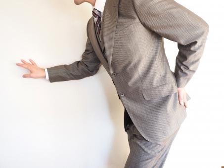 ビジネスマン ビジネス オフィス 腰痛 デスクワーク 疲労 痛み 疲れ 仕事 オーバーワーク ぎっくり腰 ギックリ腰 腰 会社 健康 ヘルスケア 神経痛 坐骨 坐骨神経痛 圧迫 整骨院 男性 通院 怪我 ケガ カイロプラクティック マッサージ 筋肉痛 炎症 骨