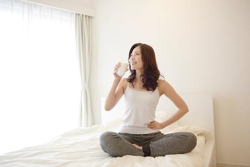 日本人 女性 女 30代 アラサー ライフスタイル 部屋 ベッドルーム 寝室 室内 ポーズ キャミ キャミソール 部屋着 スエット ナチュラル ミディアムヘア ベッド 布団 寝起き 朝 モーニング 目覚め 健康 健康的  爽やか さわやか すっきり スッキリ 胡坐 あぐら 座位 座る ドリンク 牛乳 ミルク 豆乳 ソイミルク 習慣 飲み物 mdjf013