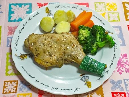休日 団欒 団らん ホリデー ディナー ランチ お祝い イベント 鶏肉 ローストチキン にんじん ブロッコリー ジャガイモ じゃがいも ポテト チキン 温野菜 クリスマス