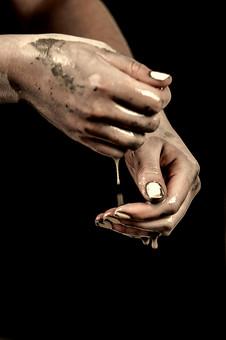 陶芸 工芸 伝統 手作り 職人 技 職人技 芸術 和風 アート 美術品 歴史 搾る 滴る 水 泥水 成形 粘土 手 手元 爪 指 アップ 水滴 濡れる コピースペース 工房 アトリエ