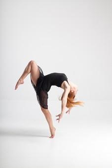ダンス ダンサー ポーズ 体勢 姿勢 体位 ステップ 踊る 踊り 運動 スポーツ 振り付け 振付 振り 女性 女 外国人 若い 全身 バレエ バレリーナ 足 脚 片足 片足立ち つま先 つま先立ち 上げる 膝 曲げる 上体 反る 反らす 弓なり アーチ カーブ 湾曲 背景 白 ホワイト mdff128