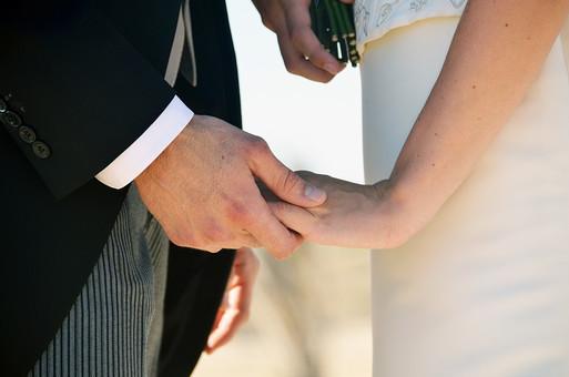 人物 外国人 新郎 新婦 花婿 花嫁 男性 女性 男の人 女の人 成人 男女 カップル 新婚 アベック 夫婦 夫 妻 タキシード ウェディングドレス ポーズ 幸せ 結婚式 手を取る 手を握る