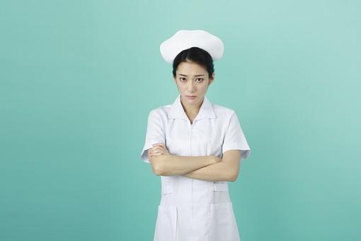 人物 女性 日本人 20代 30代  仕事 職業 医療 病院 看護師  ナース 白衣 看護 屋内 スタジオ撮影  背景 グリーンバック おすすめ ポーズ 上半身 腕組み 正面 見る 問題 悩み 困る mdjf010 グリーン 緑