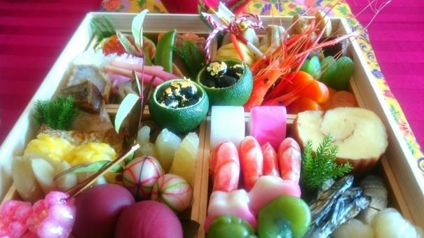 おせち 新年 正月 エビ 海老 伊達巻 玉子焼き 練り物 年始 食べる 豪華 かまぼこ カラフル 料理 和食 金粉