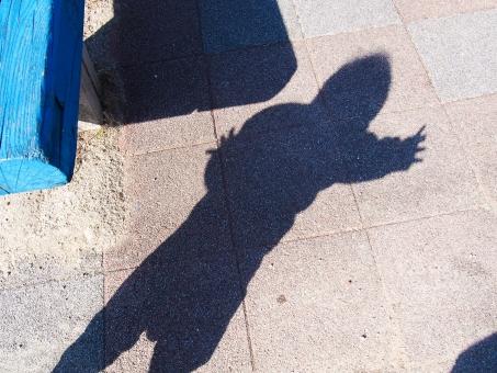 子供 赤ちゃん ベビー 男の子 影 公園 ベンチ パパ 元気 たっち あんよ 手を広げる 歩く 踊る バランスをとる 休日 休み 昼間 遊ぶ 散歩 天気 太陽 光 明るい 小さい 一生懸命 子育て イクメン シルエット