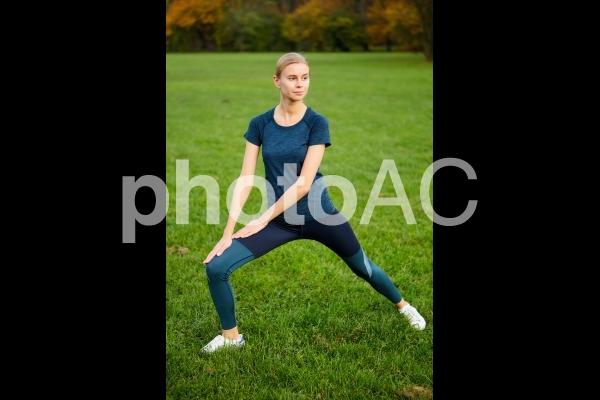 公園でストレッチをする女性8の写真