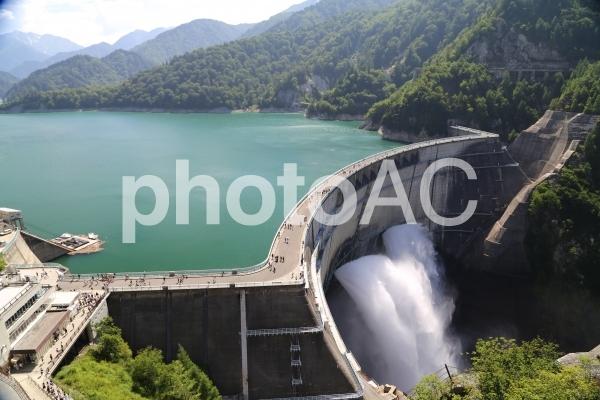 黒部ダム 放水の写真