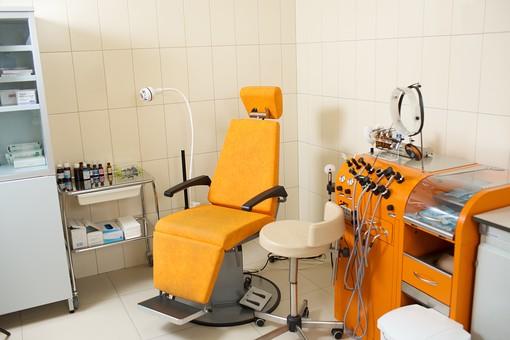 耳鼻科 耳鼻咽喉科 病院 診察室 椅子 耳鼻科診療用椅子 耳鼻科治療用椅子 いす イス 医療機器 機械 治療 屋内 室内 診察台 医者 医師 病気 診察 医院 診療所 無人 白壁 清潔 整理 整頓 クリーン