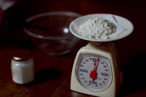 小麦粉 料理 クッキング 白 量り お菓子 作る 瓶 ボウル トイカメラ 暗い シャドウ 影 ココナッツオイル 粉 はかる 計量 はかり 計り