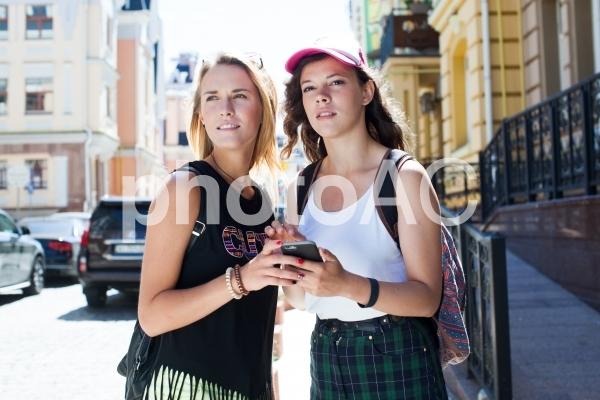道に迷った女性達の写真