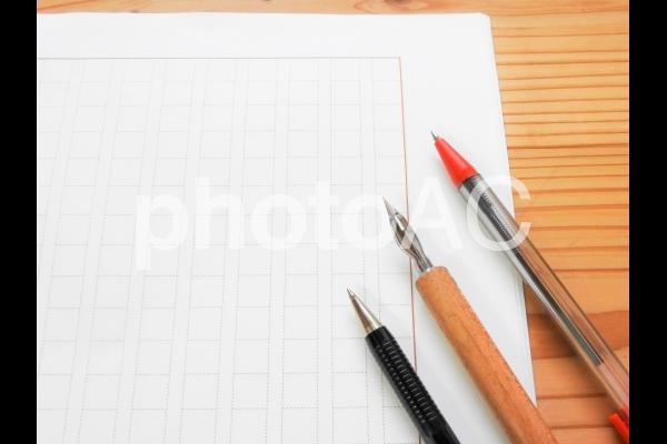 原稿用紙とペンの写真